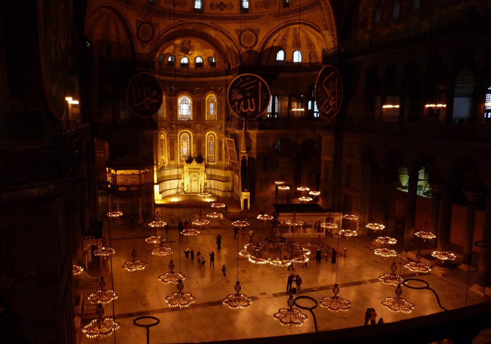 Айя-София (Храм Св. Софии) - бывший собор, потом мечеть, а ныне - музей